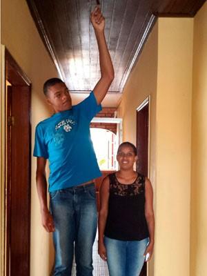 Rodrigo tem 17 anos e 2,18 metros de altura (Foto: Giro Ipiaú)