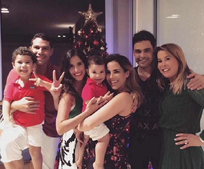Wanessa com os filhos, o marido e os pais: Zezé Di Camargo e Zilu (Foto: Arquivo Pessoal)