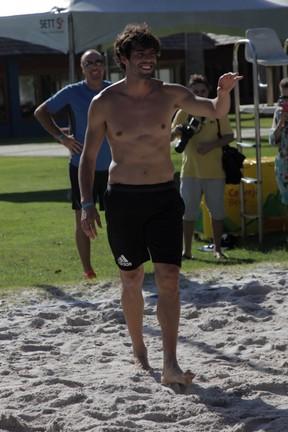 Kaká joga vôlei durante evento em Trancoso, na Bahia (Foto: Marcos Ribas/ Brazil News)