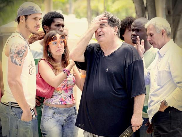 O pobre Diógenes fica inconsolável com o segundo abandono (Foto: Avenida Brasil/TV Globo)