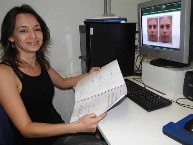 Pesquisadora da USP de Ribeirão Preto (SP) Lina María Rodríguez aponta que mulheres na fase fértil têm rostos mais atraentes (Foto: Adriano Oliveira/G1)