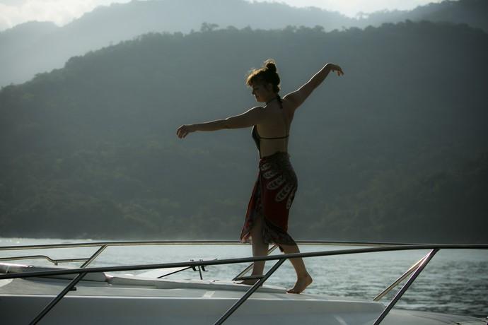 Isabela aproveita o dia antes de Fininho aparecer (Foto: Raphael Dias/Gshow)
