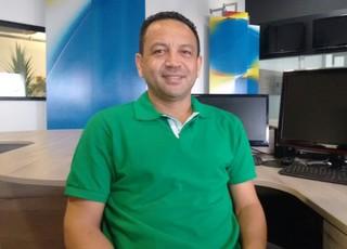 Técnico Paulinho Kobayashi em visita a redação do GloboEsporte.com (Foto: Afonso Diniz /  GloboEsporte.com)