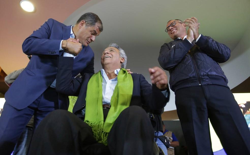 Presidente equatoriano, Rafael Correa, com o candidato a presidente Lenin Moreno e o vice Jorge Glas (Foto: Dolores Ochoa/AP)