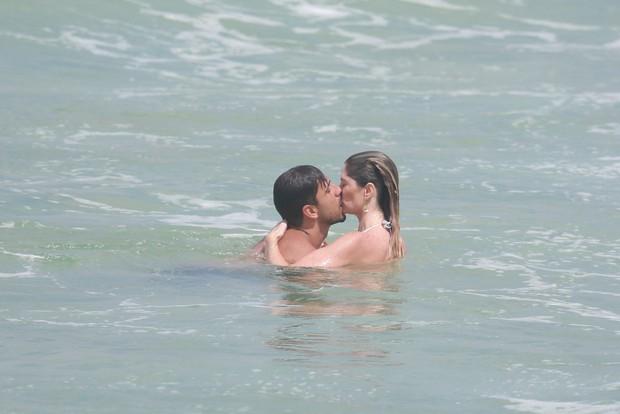 Julio Rocha na praia com a namorada (Foto: Dilson Silva/ Ag. News)