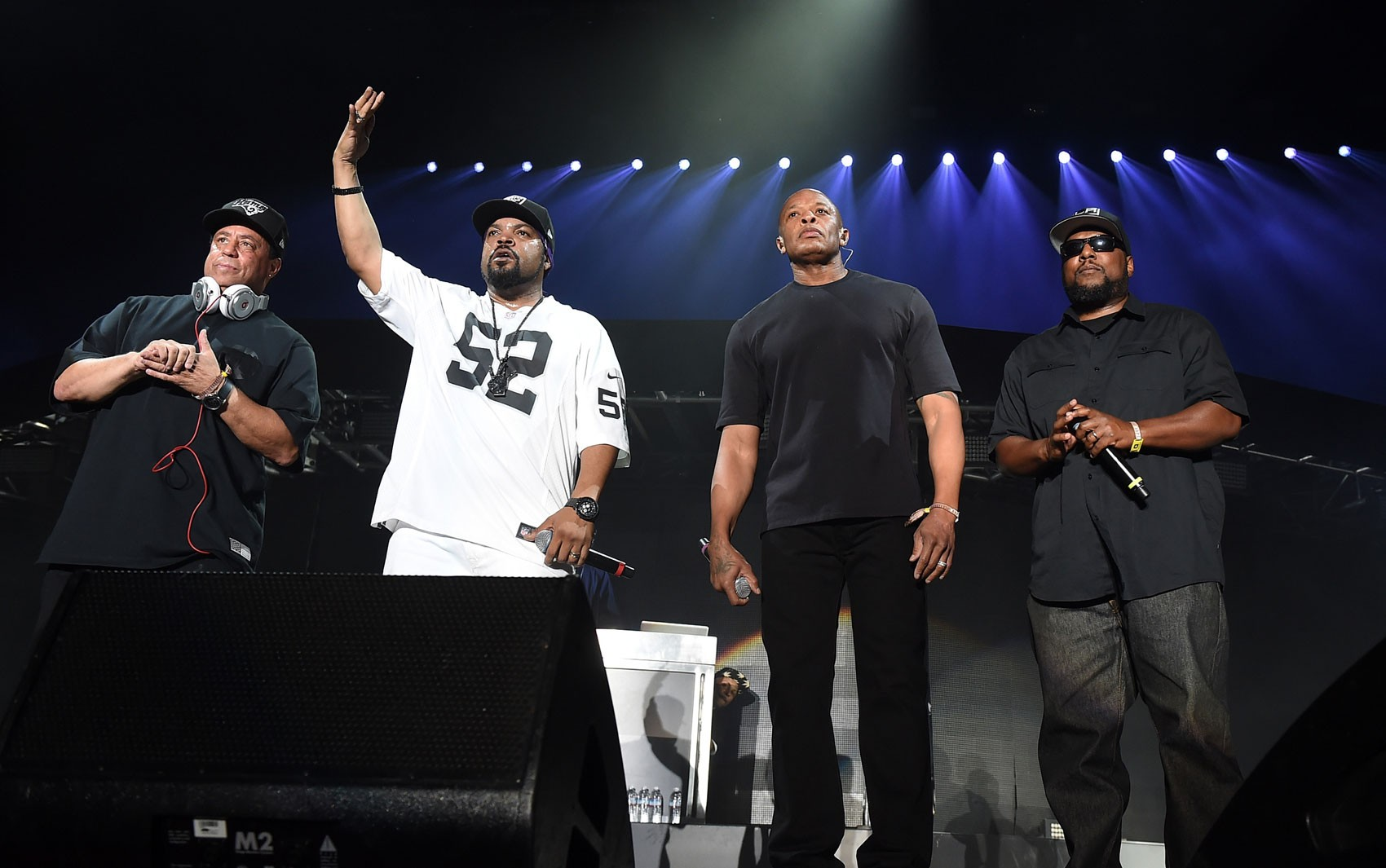 Ex-integrantes do N.W.A, DJ Yella, Ice Cube, Dr. Dre e MC Ren se apresentam no Coachella, em Indio, Califórnia, no sábado (23) (Foto: Kevin Winter/Getty Images for Coachella/AFP)