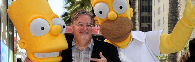 O criador de 'Os Simpsons', Matt Groening, posa com atores vestidos de Bart e Homer durante evento em que ganhou estrela na Calçada da Fama, em Hollywood, em fevereiro de 2012  (Foto: AFP)