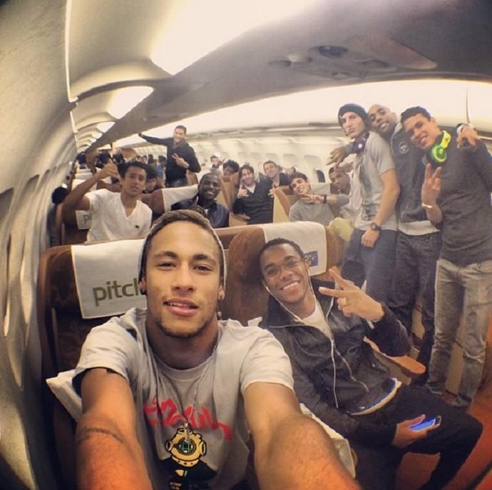 Neymar, Robinho avião Toronto seleção brasileira (Foto: Reprodução Instagram)