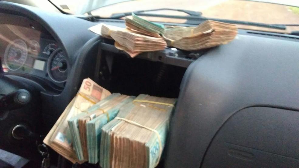 O compartimento secreto onde o dinheiro foi encontrado era acionado eletronicamente.  (Foto: PRF/Divulgação)