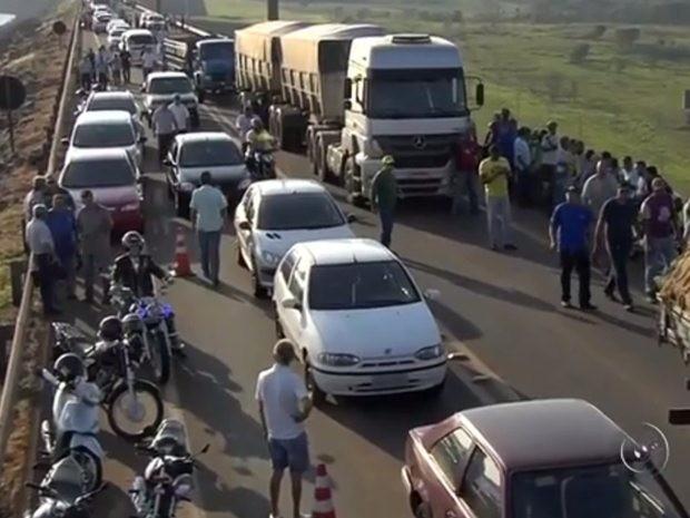 Manifestantes fecham rodovia durante protesto contra leilão de usina (Foto: Reprodução/TV TEM)