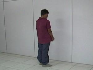 Suspeito fo apresentado pela Polícia Civil em Divinópolis (Foto: Reprodução/TV Integração)