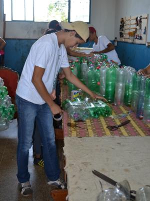 Tales produz móvel com garrafas pet (Foto: Paula Casagrande/G1)