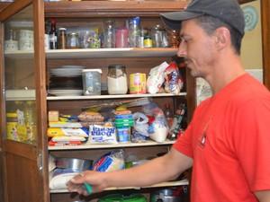Técnico em manutenção armazena comida para fim do mundo em Piracicaba (Foto: Fernanda Zanetti/G1)