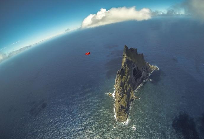 Luigi Cani passa por cima da gigantesca rocha proveniente de vulcão (Foto: Jeb Corliss / Divulgação)
