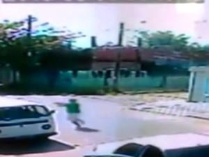 Câmeras mostram atirador correndo atrás de policial (Foto: Reprodução/TV Tribuna)