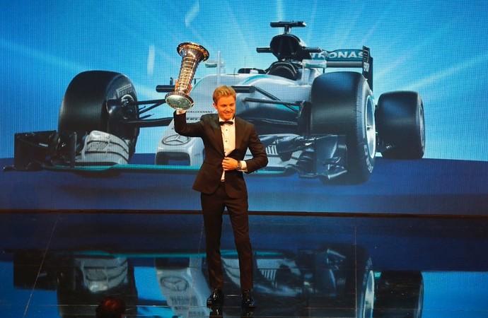 Nico Rosberg recebe troféu de campeão mundial da F1 em cerimônia de gala da FIA em Viena (Foto: divulgação)