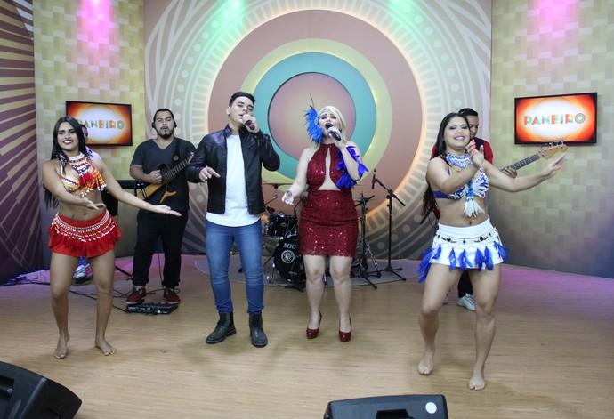 Mikael Lucca e Ianayra cantam no 'Paneiro' (Foto: Katiúscia Monteiro/ Rede Amazônica)
