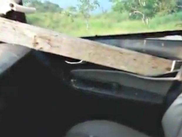 Pedaço de madeira atravessou caminhonete do casal  (Foto: Reprodução)
