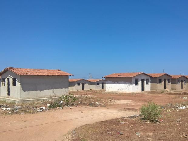 Moradores de Sousa aguardam a conclusão de várias casas no Conjunto Habitacional Antônio Mariz (Foto: Diogo Almeida/G1)
