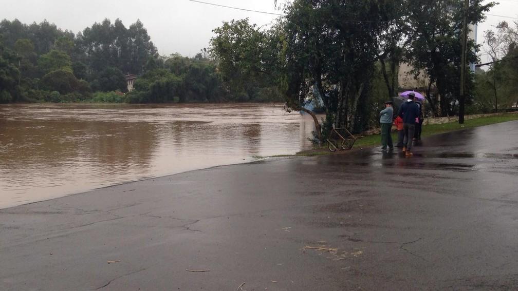 Moradores observam cheia do rio Caí, em São Sebastião do Caí, a cerca de 80 quilômetros de Porto Alegre (Foto: Josmar Leite/RBS TV)
