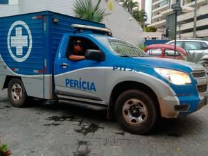 Peritos do DPT de Salvador deixam prédio onde PM matou mulher e filho, e depois se matou (Foto: Maiana Belo/G1 BA)