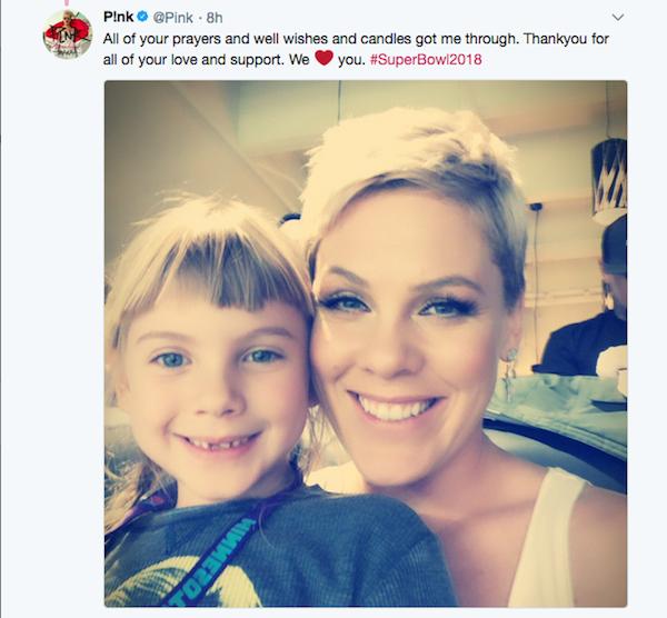 A cantora Pink com a filha em mensagem agradecendo o apoio dos fãs após sua apresentação no Super Bowl 2018 (Foto: Twitter)