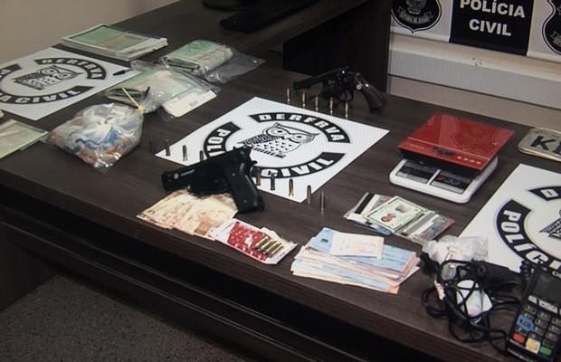 Armas, dinheiro e porções de drogas também foram apreendidas em operação, em Goiás (Foto: Reprodução/TV Anhanguera)