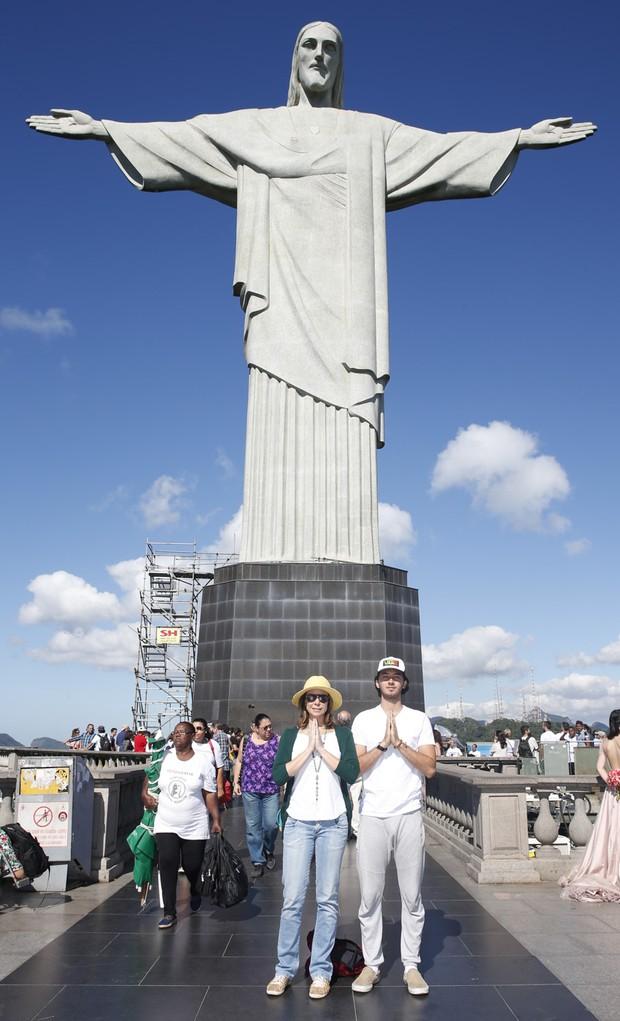 Vanessa Gerbelli e o namorado Gabriel Falcão participam de meditação coletiva no Cristo Redentor  (Foto: Felipe Panfili/AgNews)