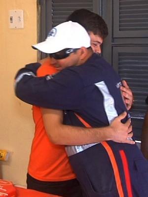 Jovem conhece médico que o salvou (Foto: Leandro Silva/G1)