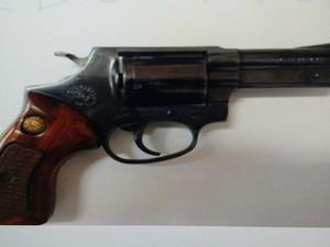 Arma apreendida com suspeito da morte do empresário Piracicaba (Foto: Divulgação/Polícia Civil)
