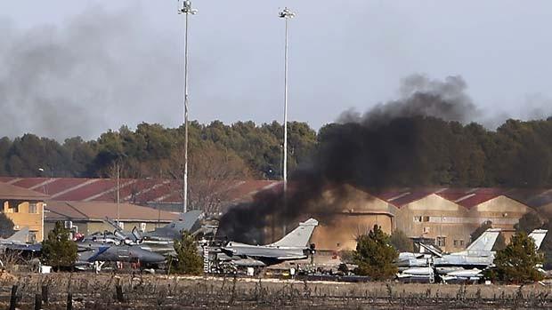 Fumaça sai de estacionamento da base aéreo Los Llanos, na Espanha, após queda de avião militar; 10 pessoas morreram no acidente (Foto: AP Photo/Josema Moreno)