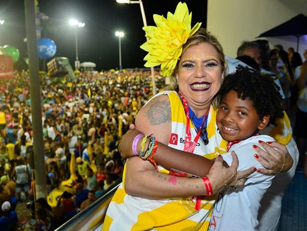 Astrid Fontenelle e o filho, Gabriel (Foto: André Muzell/ Ed. Globo)