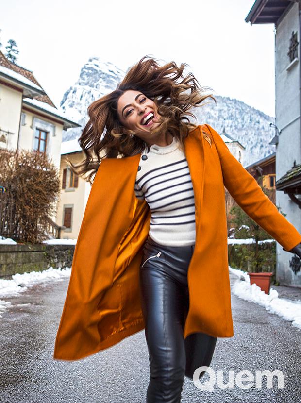 Juliana Paes durante o passeio no vilarejo de Samoens, nos Alpes Franceses (Foto: Nina Jacobi/ Flare Fotografia/ Ed.Globo)