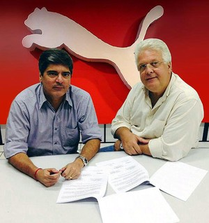 Presidente do Vitória, Carlos Falcão, assina contrato com novo fornecedor de material esportivo (Foto: Divulgação/E.C. Vitória)