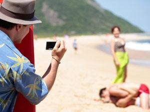 Nenê trata logo de fotografar a cena. Nieta vibra com o sucesso do plano (Foto: Guerra dos Sexos / TV Globo)