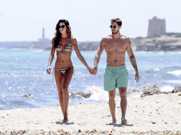 Izabel Goulart e o namorado, Kevin Trapp, em praia de Ibiza, na Espanha (Foto: Grosby Group/ Agência)
