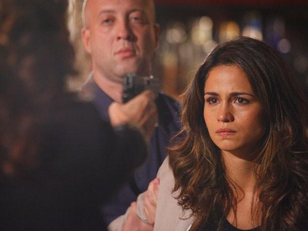Morena se vê diante de uma arma apontada por Wanda (Foto: Salve Jorge/TV Globo)