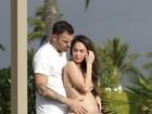 De biquíni, Megan Fox exibe barriguinha de gravidez no Havaí