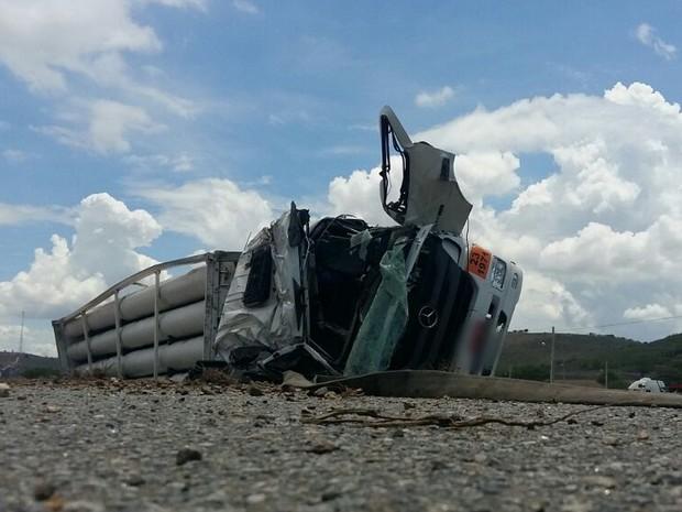 Caminhão tombou na BR-230, na Paraíba (Foto: Jackson Rondineli/TV Paraíba)