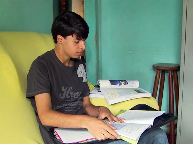 O adventista Guilherme Teixeira, de Poços de Caldas, estudou para o Enem até o pôr-do-sol desta sexta-feira (2) (Foto: Reprodução EPTV / Michel Diogo)