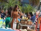 Alessandra Ambrósio toma caipirinha em gravação com Adriana Lima