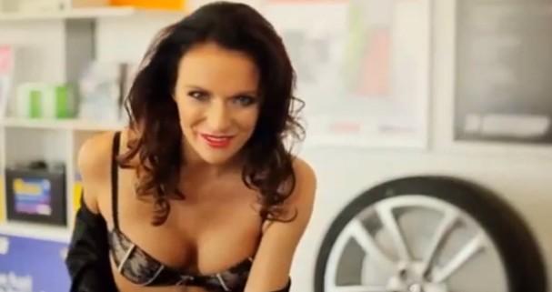 Momento crucial do comercial que causou indignação nas mulheres australianas (Foto: Reprodução/Yourube)