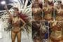 Umbigo da madrinha de bateria da Águia de Ouro, Cinthia Santos, aparece 'superalto' em cliques durante o desfile no Anhembi