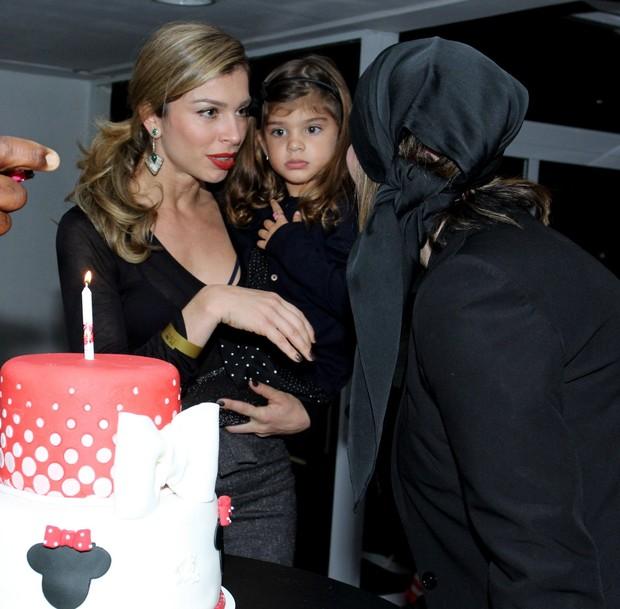 Grazi com a filha Sofia e o bolo que ela ganhou de presente (Foto: Alex Palarea/AgNews)