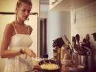 Dona de casa: Yasmin Brunet posta foto cozinhando para o namorado