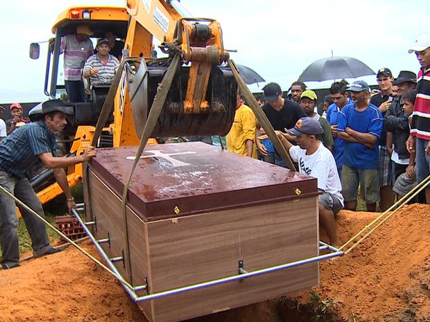20 homens não conseguiram descer o caixão, o que teve que ser feito pelo trator (Foto: TV Sergipe/Reprodução)