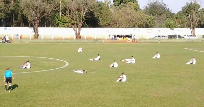 Jogadores do Itaporã sentam-se no gramado do Chavinha como forma de protesto (Foto: Marcos Ribeiro/TV Morena)