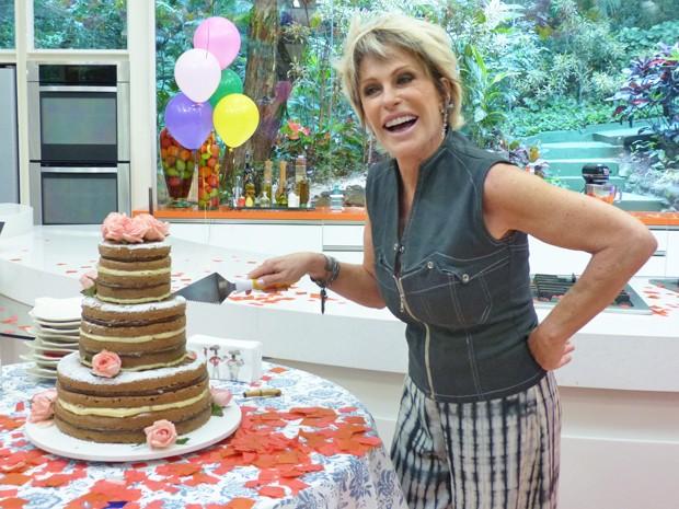 Ana Maria ganhou um bolo pelado em seu aniversário (Foto: TV Globo/ Mais Você)