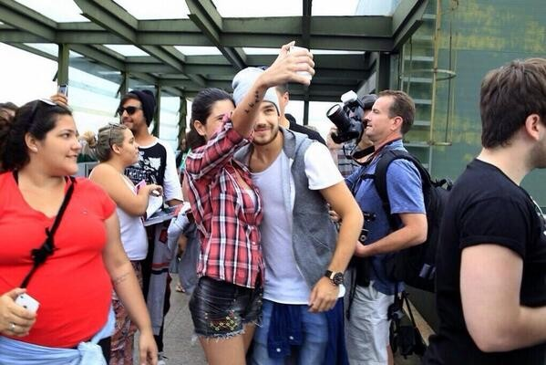 One Direction no Brasil: f sortuda consegue foto com o dolo (Foto: Reproduo Internet)