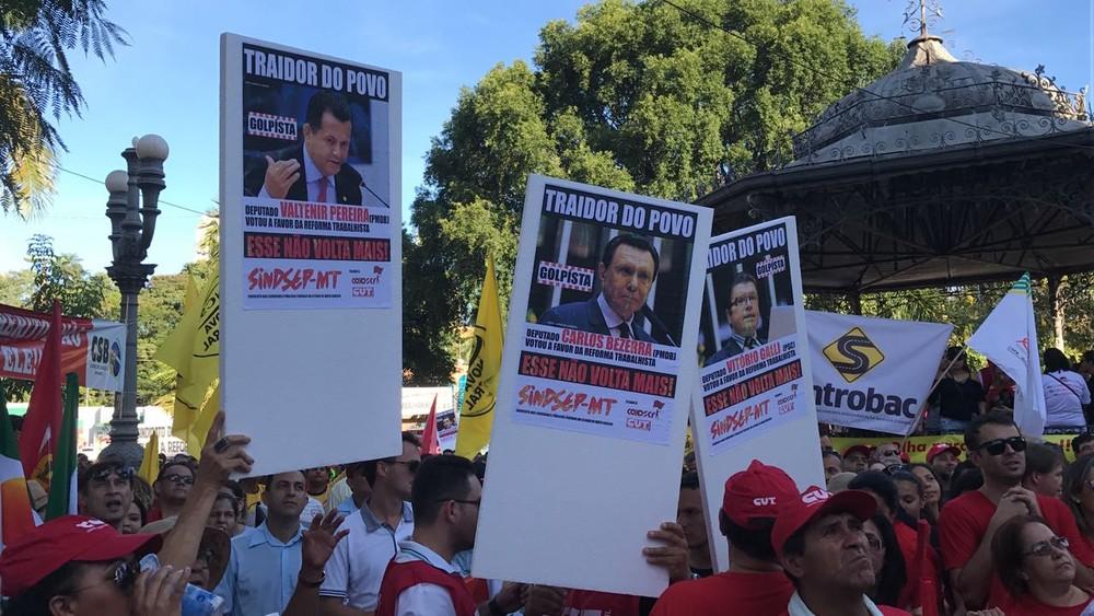 Trabalhadores levaram cartazes com fotos de deputados de MT que votaram a favor da reforma (Foto: Lislaine dos Anjos/G1)